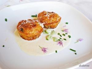 Bocados de habitas con ajo tierno y salsa de puerros